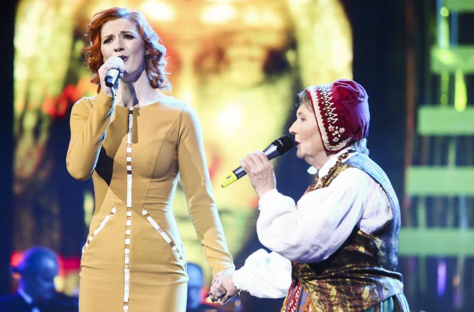 Aistė Lasytė su močiute Ona Česlava