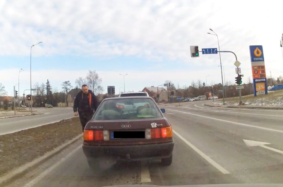 Gatvėje užfiksuotas užpuolikas