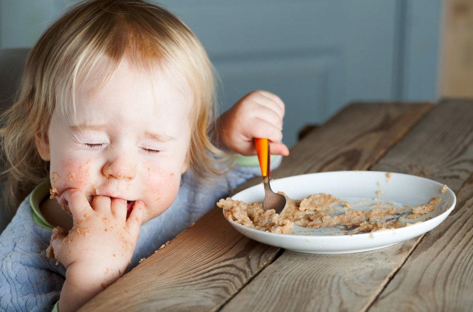 Vaikas valgo košę
