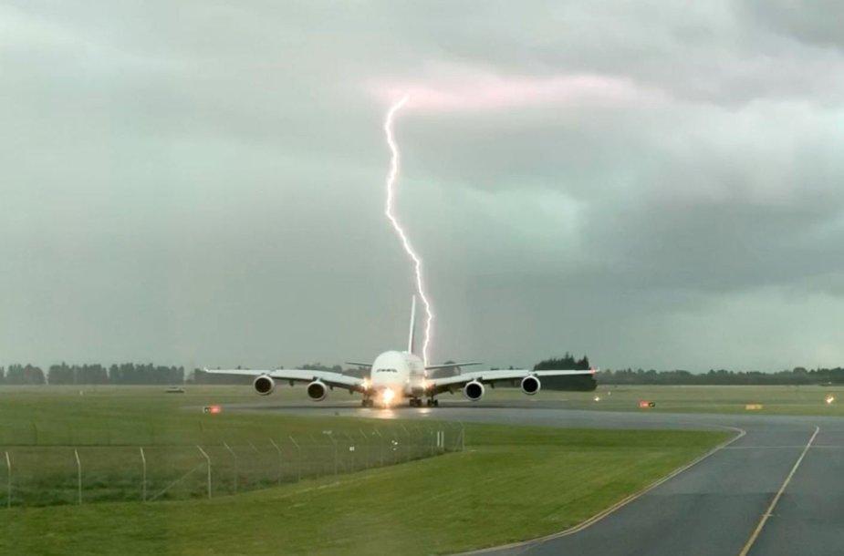 Žaibas, trenkiantis prie lėktuvo