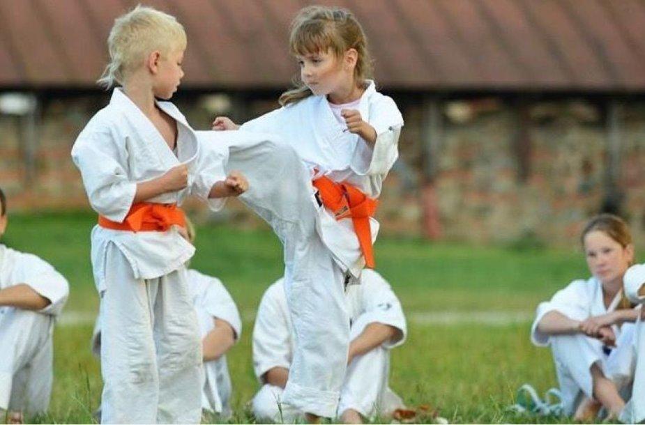 """Sporto klubo """"Stoikas"""" parodomosios kovos. Jose dalyvauja ir Edilija (centre)"""