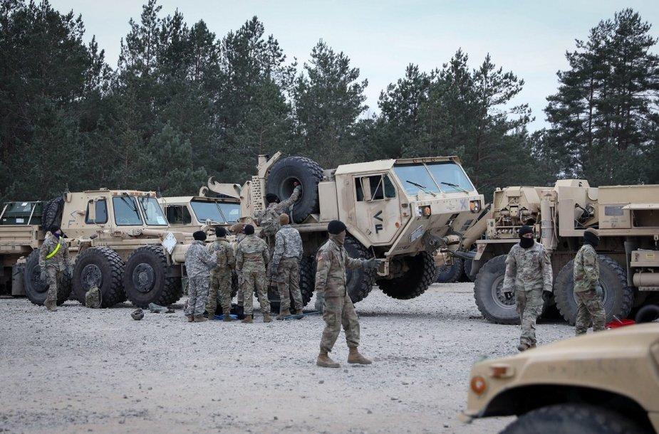 Į Lietuvą su sunkiąją technika atvyko nauja JAV karių rotacija