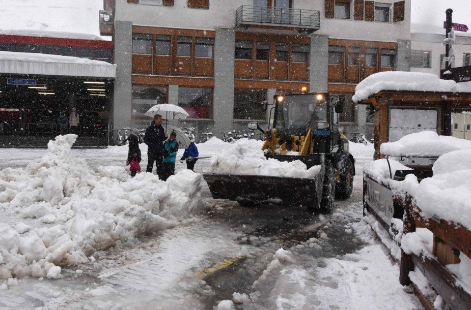 Gausus sniegas Šveicarijos Alpių kurorte Cermate