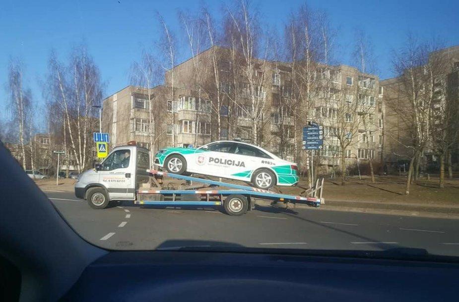 """Socialiniuose tinkluose plintanti nuotrauka: autovežis gabena policijos """"Audi A6"""""""