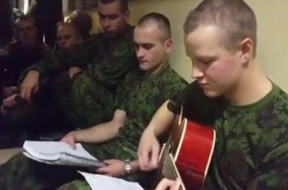 Kariai atlieka savo kurtą kuopos himną