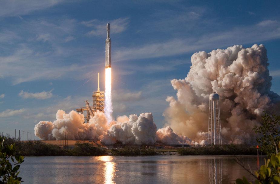 """""""SpaceX"""" sėkmingai paleido galingiausią pasaulyje raketą"""