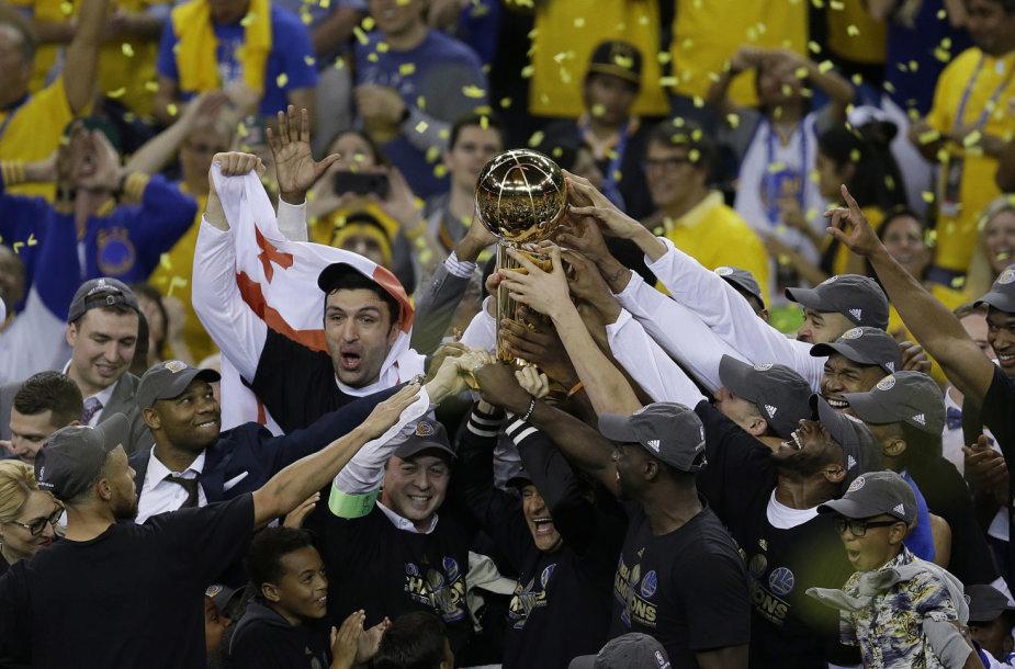 """NBA trofėjus – """"Warriors"""" žaidėjų rankose"""