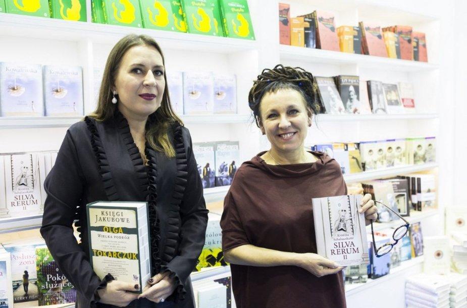 """Kristina Sabaliauskaitė su rašytoja, """"Man Booker International"""" premijos laureate Olga Tokarczuk, Krokuvos knygų mugėje"""