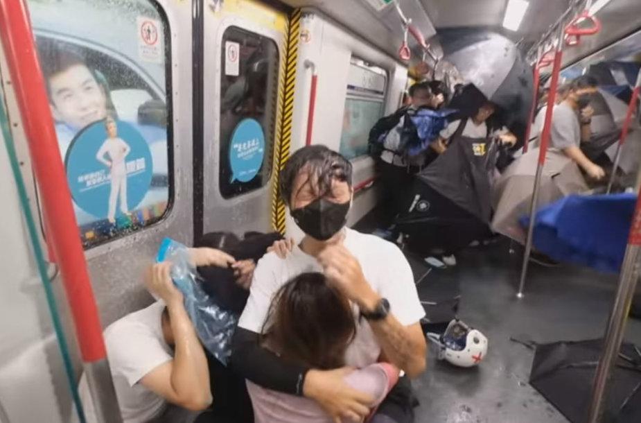 Ištrauka iš vaizdo įrašo, kuriame rodomi Honkongo policijos užpulti protestuotojai Princo Edvardo metro stotyje 2019 m. rugpjūčio pabaigoje