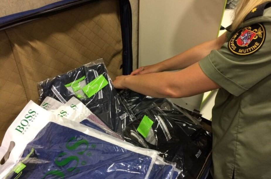 Kauno oro uoste muitininkai sulaikė turkiškų drabužių pilnus lagaminus