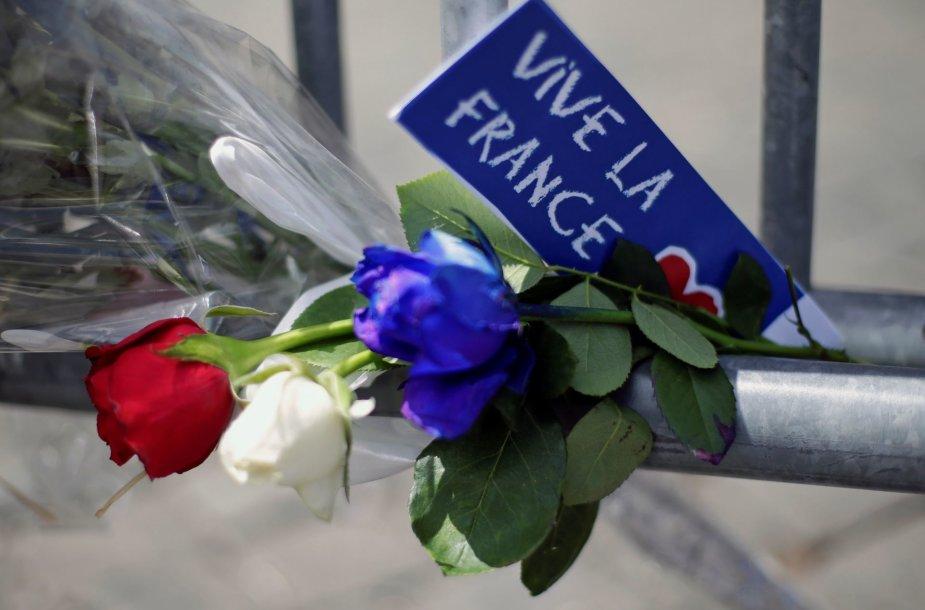 Pasaulis gedi kruvino išpuolio Nicoje aukų