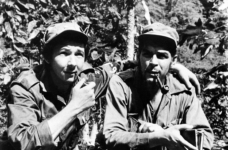 Raulis Castro (kairėje) ir Ernesto Che Guevara (1958 m.)