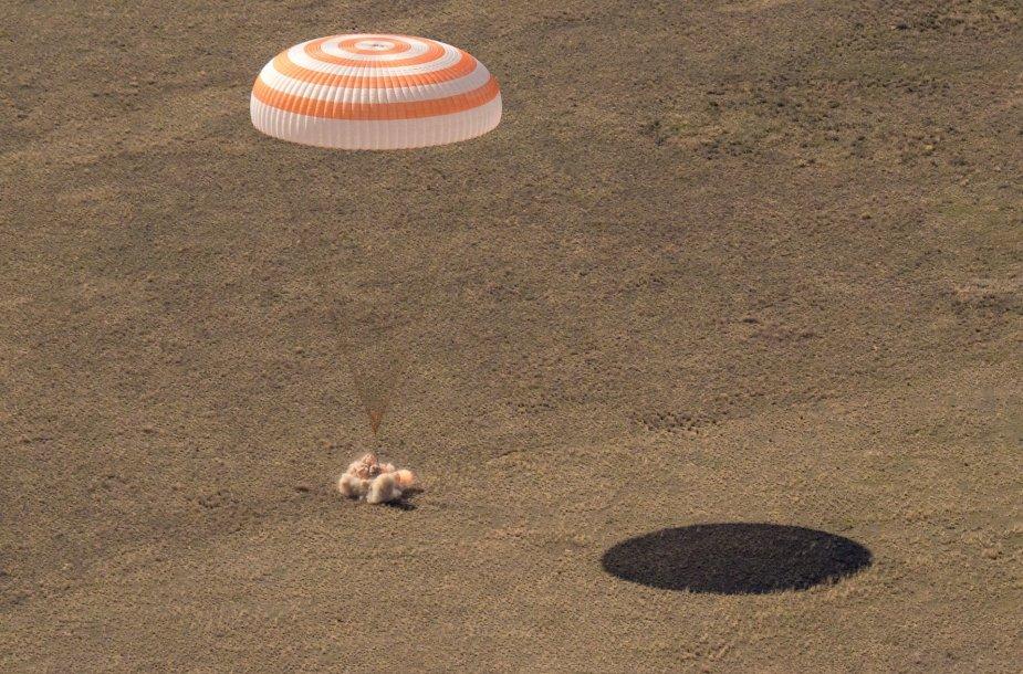 Erdvėlaivio kapsulės nusileidimas