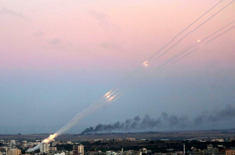 """""""Hamas"""" paleistos raketos skrieja Izraelio link"""