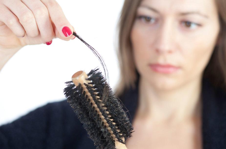 Moteriai slenka plaukai