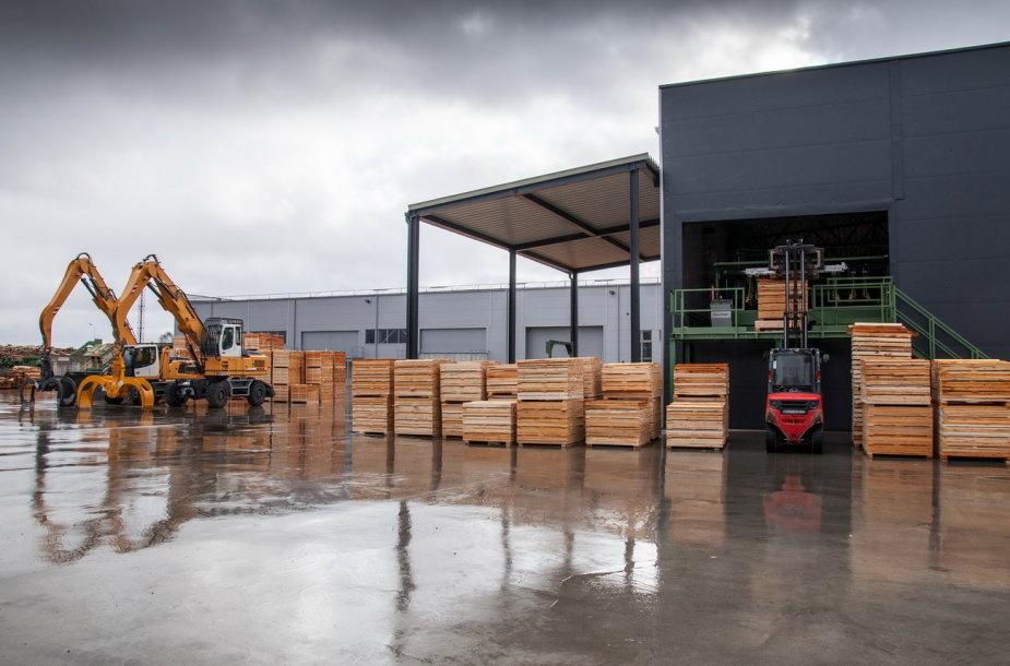 """Viena didžiausių medienos perdirbimo įmonių Baltijos šalyse UAB """"Juodeliai"""" siekia būti konkurencinga, išlaikyti eksportą esamose rinkose ir kartu padidinti eksporto pajamas. Bendrovės nuotr."""