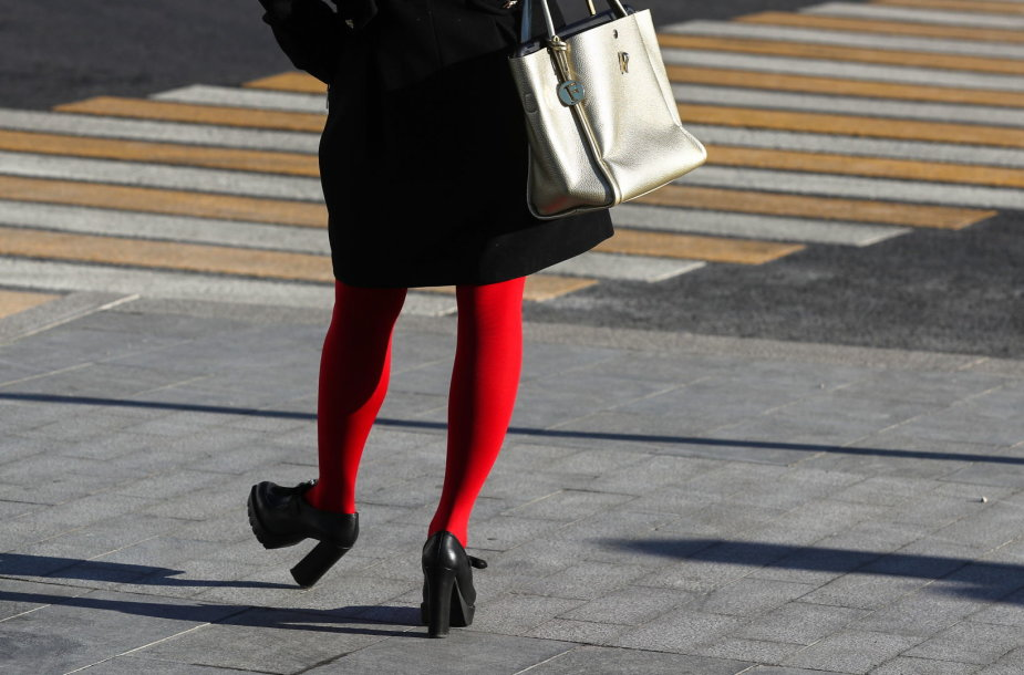 Moteris, dėvinti ryškias pėdkelnes