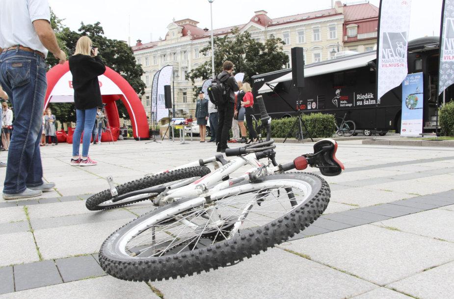 Draugiška akcija dviratininkams: policija skatino dėvėti šalmus