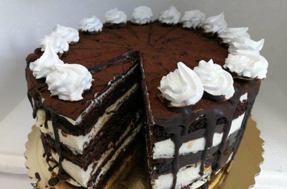 Šokoladinis-karamelinis tortas su džiovintomis slyvomis