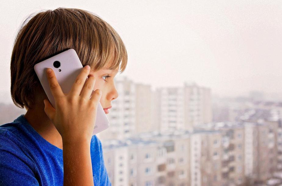 Vaikas kalba telefonu.