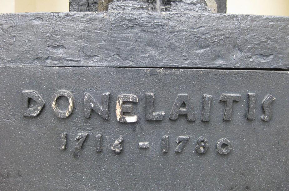 Kristijono Donelaičio skulptūra prie restauraciją