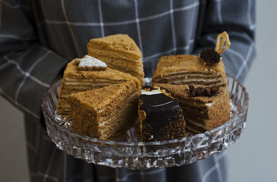 Testo metu ragauti medaus tortų gabalėliai