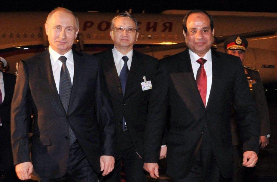 Egipto prezidentas Abdelis Fattahas al-Sisi (centre) pasitiko Rusijos prezidentą Vladimirą Putiną.