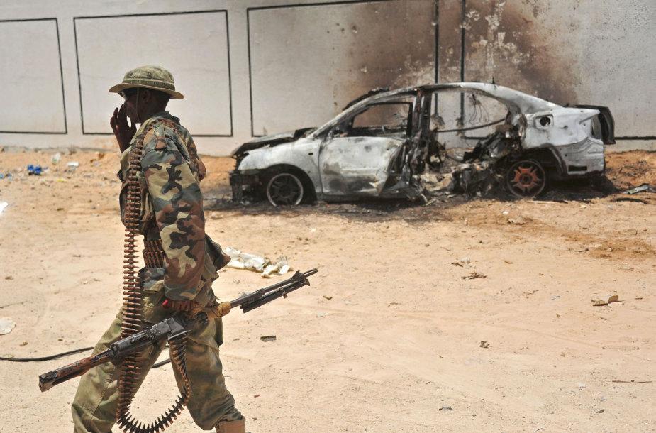 Somalio karys prie sudegusio automobilio