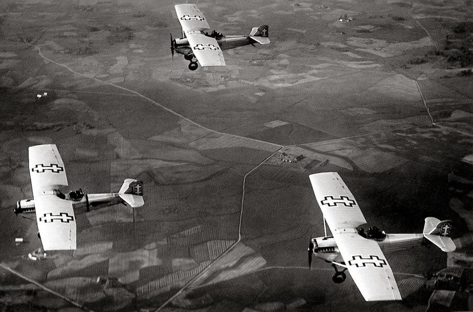 J. Miežlaiškis. ANBO lėktuvai skrydyje. Apie 1935 m.( V.Juraičio  archyvas).