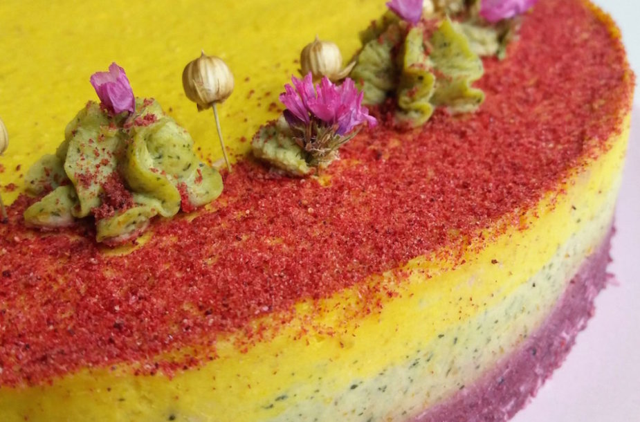 Trispalvis datulių ir anakardžių tortas