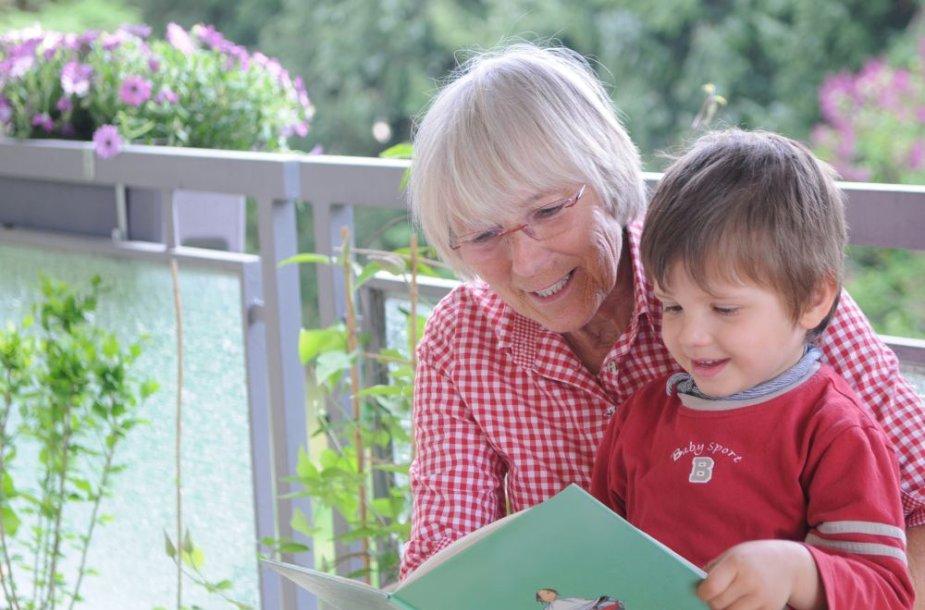 Močiutė skaito vaikui
