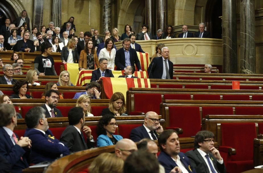Katalonijos valdantieji vienašališką nepriklausomybės deklaraciją pasirašė pustuštėje parlamento salėje