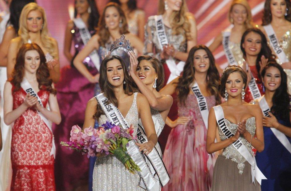 """Gabriela Isler karūnuoja 2014-ųjų """"Mis Visatą"""" – kolumbietę Pauliną Vega. Dešinėje – Patricija Belousova"""