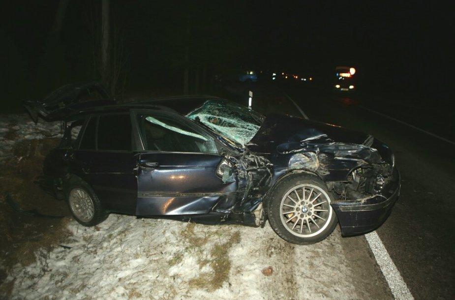 Šilutės rajone BMW palindo po miškovežiu 2015 m. vasario 05 d.