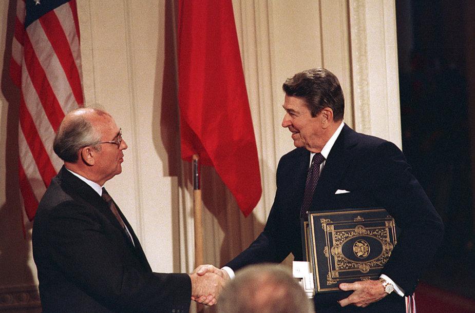 R.Reaganas ir M.Gorbačiovas (kairėje) INF pasirašė 1987 metais