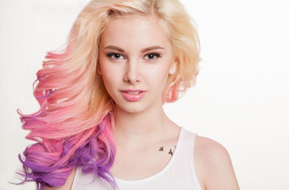 Šviesiaplaukė mergina ryškiai dažytais plaukų galiukais