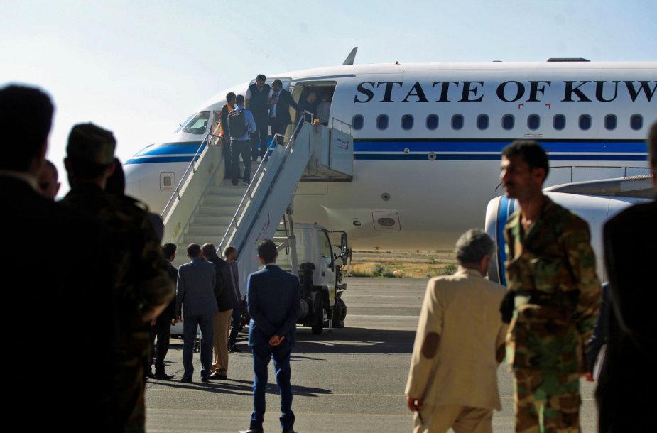 Jemeno sukilėlių delegacija išvyksta deryboms į Švediją.