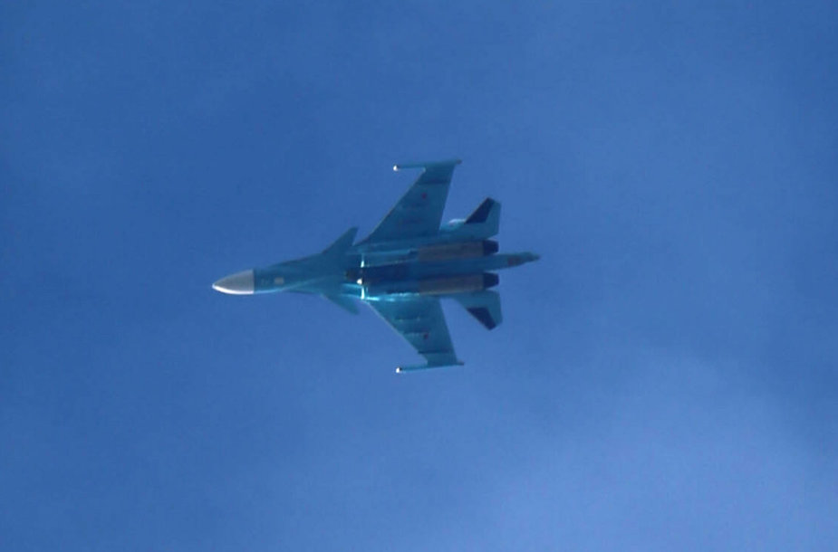 Rusijos karinių oro pajėgų naikintuvas bombonešis Su-34 danguje virš Arbino