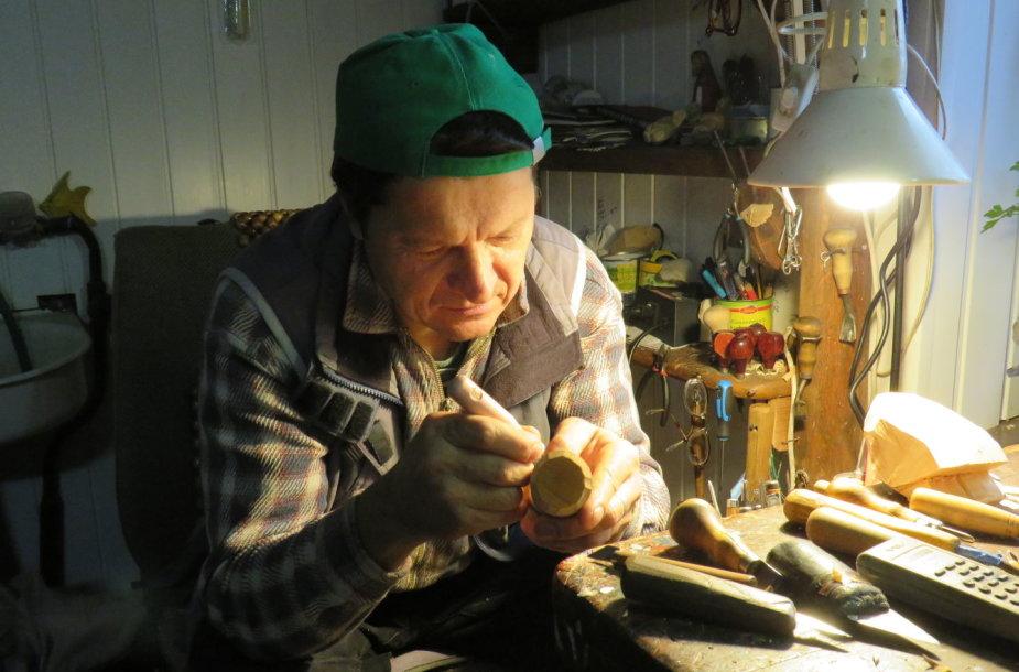 Medžio drožėjas Raimundas Blažaitis ir jo darbai