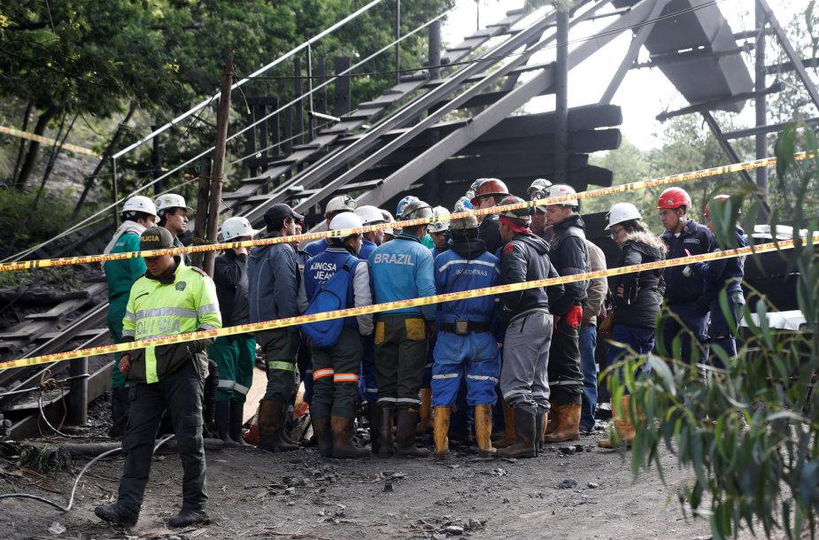 Daugiau kaip 35 gelbėtojai ir septyni inžinieriai stengiasi pasiekti po žeme tebesančius žmones.