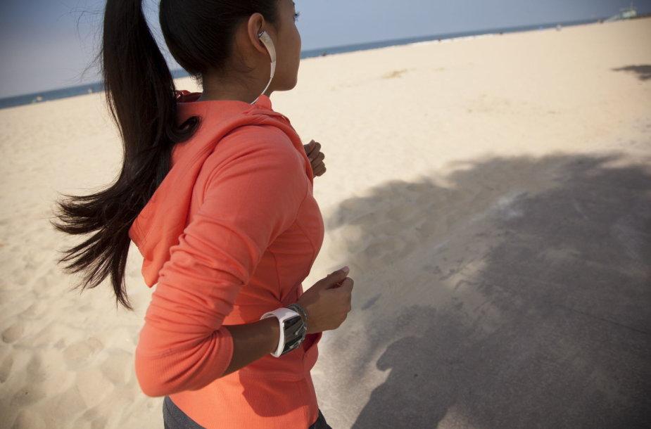 "Moteris bėga su ""Samsung Gear S"""