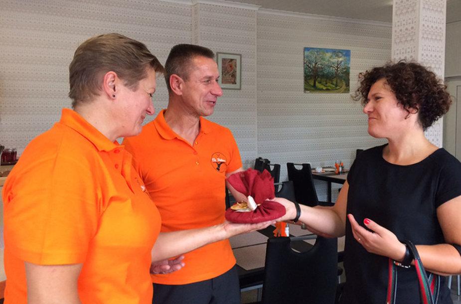 Atidarymo proga valgyklos savininkus (iš kairės) Dalią ir Antaną Jurkauskius sveikino draugai ir kaimynai