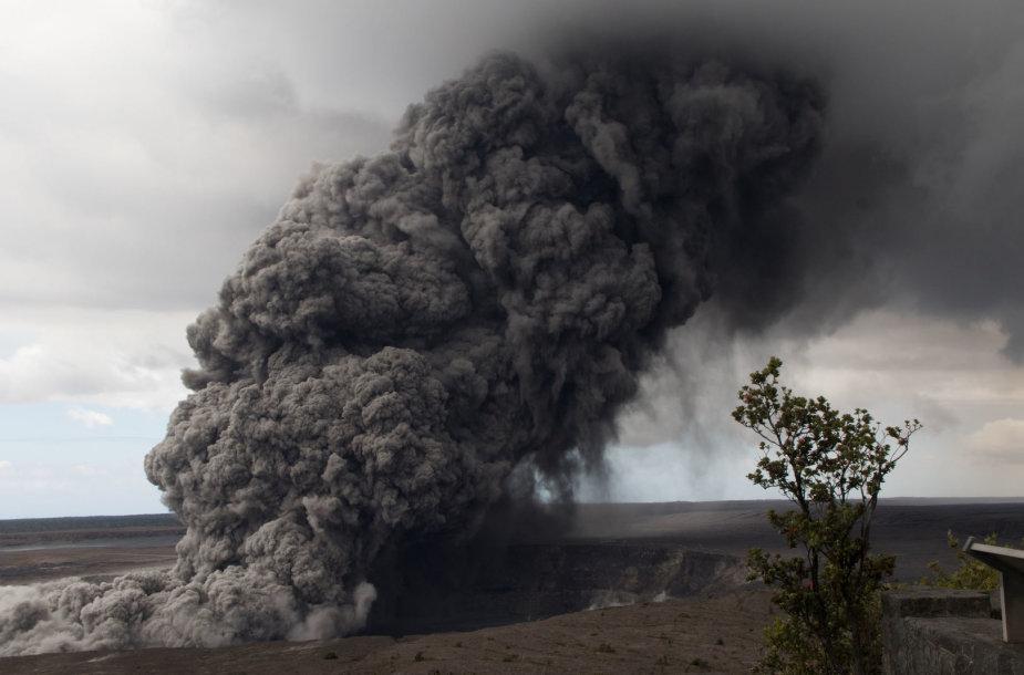 Havajuose veržiantis ugnikalniui požeminiai smūgiai apgadino kelius