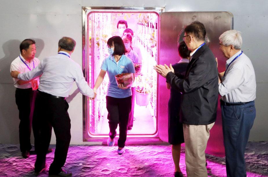 """Savanoriai išeina iš """"Mėnulio rūmų"""" Kinijoje"""