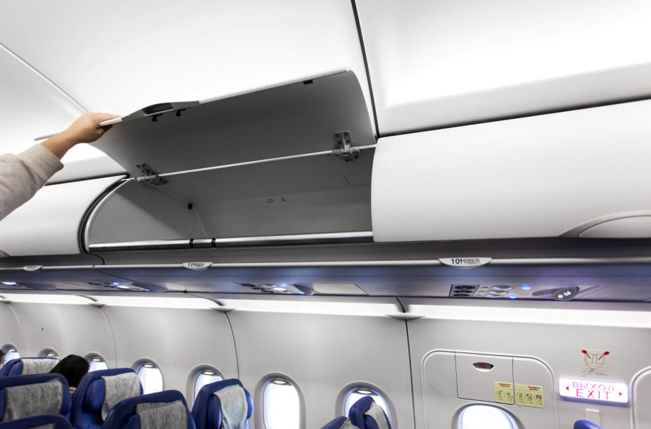 Lėktuvo salono bagažo lentyna
