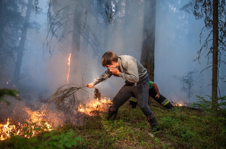 Vakarų Latvijoje antra diena gesinamas didelis miško ir durpyno gaisras