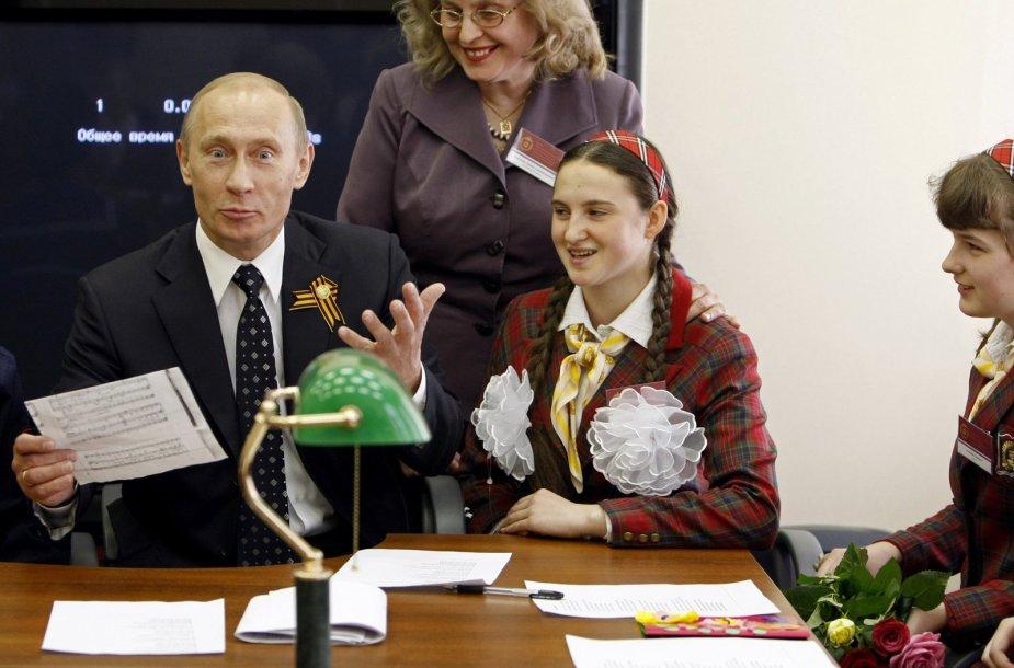 Pademonstruoti žeminantį požiūrį moterų atžvilgiu nesibodi ir V.Putinas.