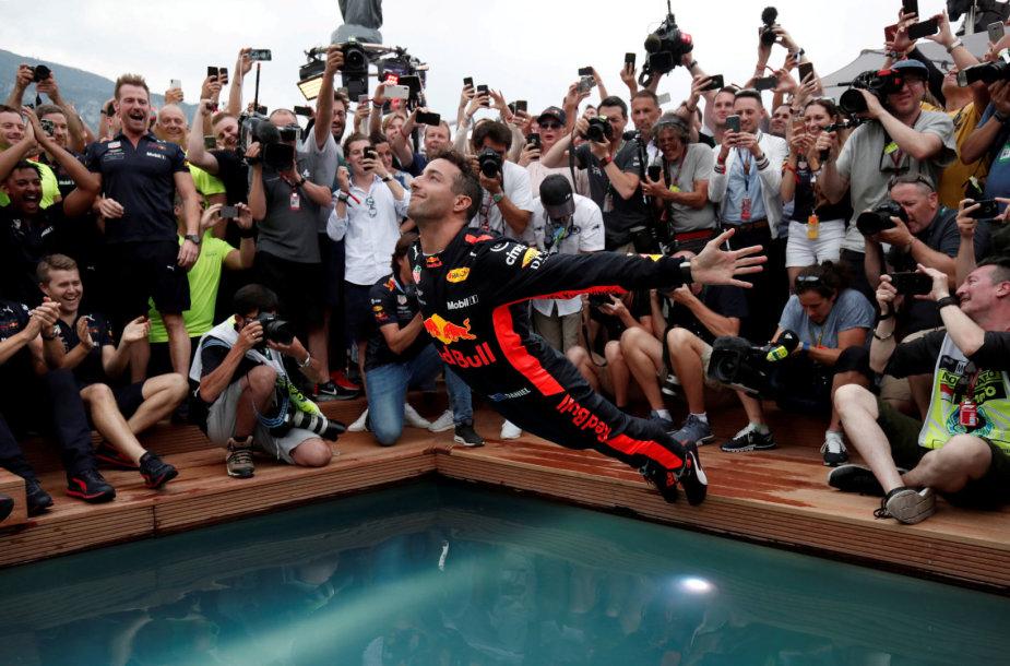 Danielio Ricciardo šuolis į baseiną
