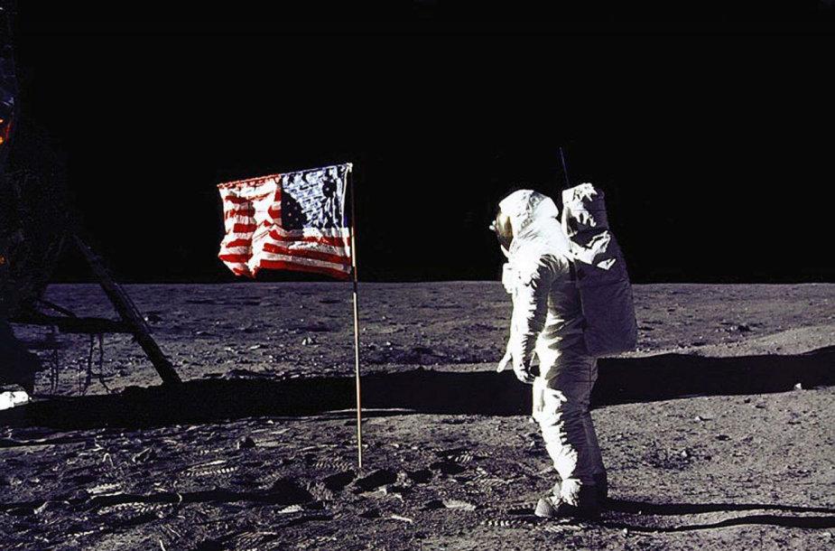 """Astronautas Edwinas """"Buzzas"""" Aldrinas Mėnulyje"""