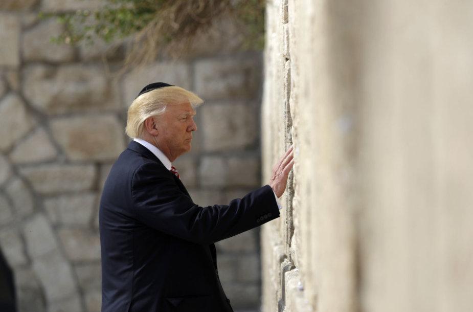 D.Trumpas prie Raudų sienos Jeruzalėje